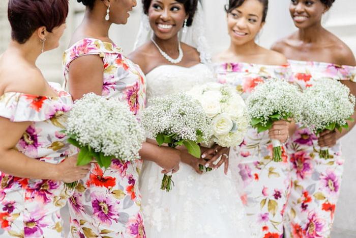 Цветочные платья и букеты дружек прекрасно гармонируют с белоснежным нарядом невесты.