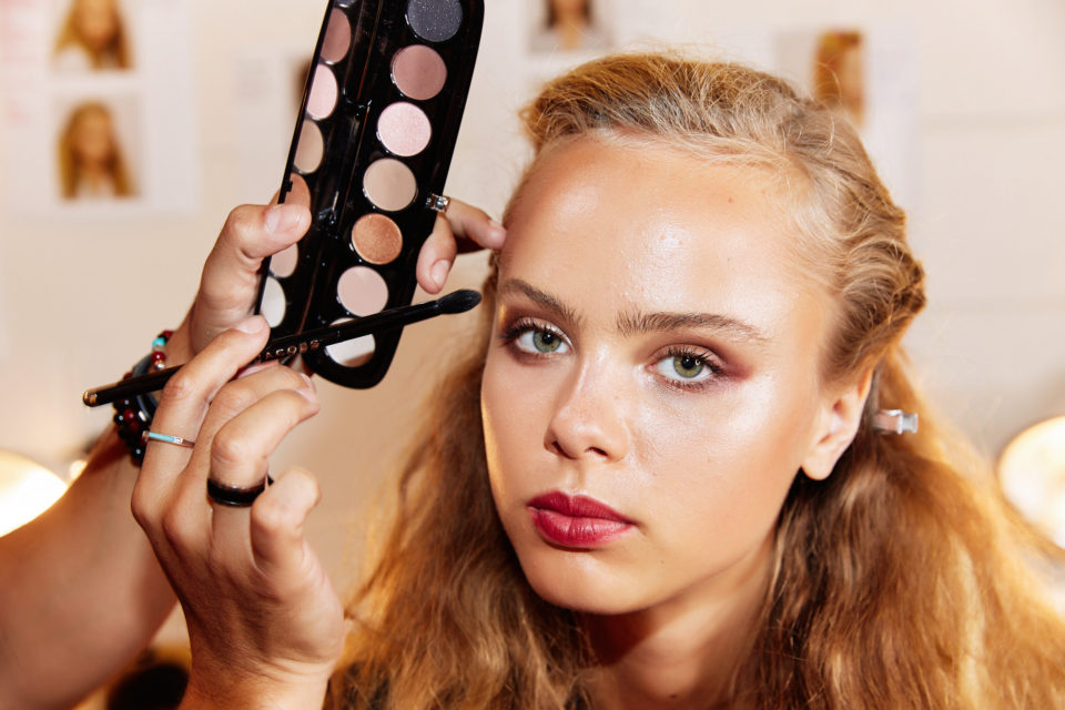 5 главных трендов в макияже с Недели моды в Нью-Йорке: цветные тени, прозрачный тон и другие