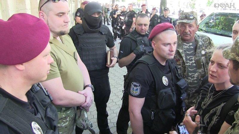 Полицейские унизили боевиков «Айдара», а те в ответ царапались и плевались
