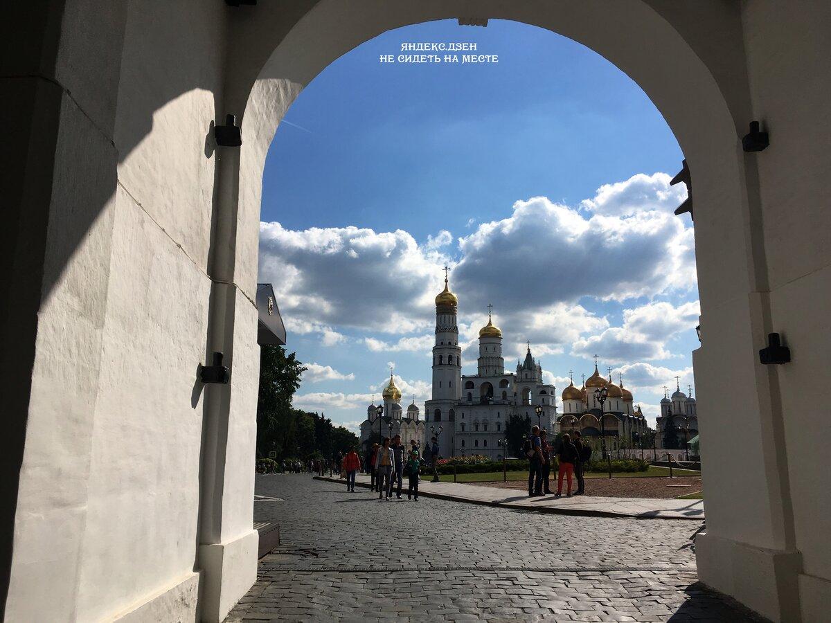 Московский Кремль. Взгляд от ворот Спасской башни