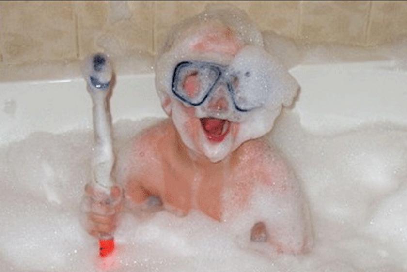 15 самых смешных фото малышей, которые устроили курорт прямо дома