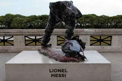 Вандалы разбили статую Месси в Буэнос-Айресе