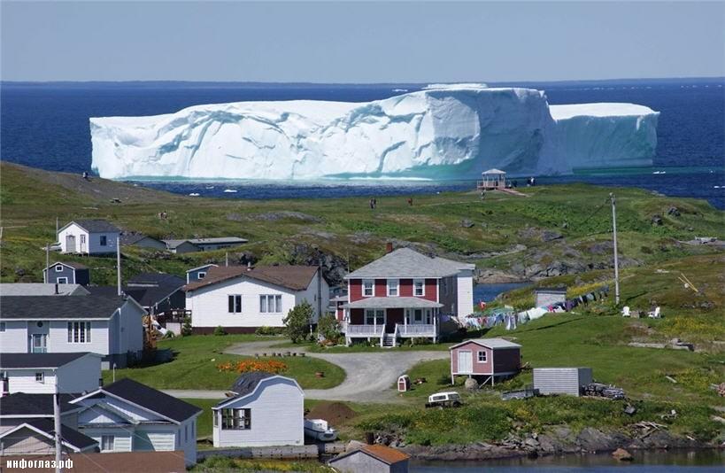 Гигантский айсберг приплыл в канадскую деревню