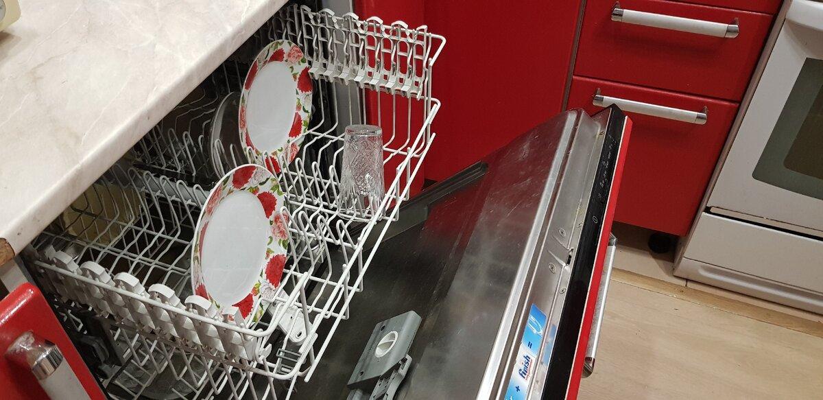 В машинке постоянно хранится пара тарелок