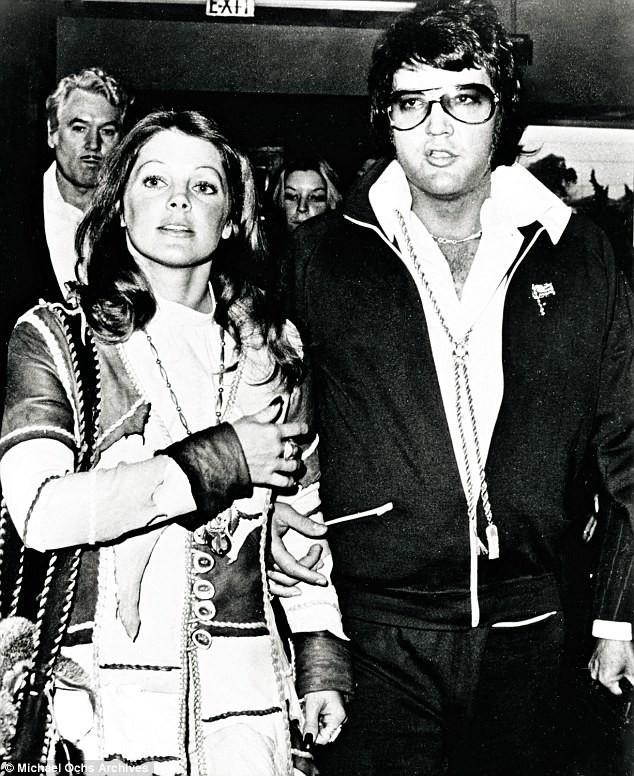 В 1973 году Элвис и Присцилла развелись. На снимке пара после судебных слушаний рука об руку выходит из суда 9 октября 1973 года архив, знаменитости, интересно, история, редкие снимки, фото, фотоальбом, элвис пресли