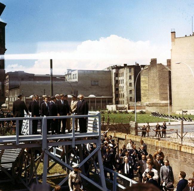 Президент США Джон Кеннеди осматривает берлинскую стену, 1963 год, ФРГ было, история, фото
