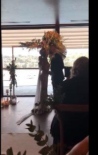 Невеста начала петь для глух…