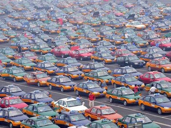 Китаянка сделала предложение возлюбленному с помощью 900 такси