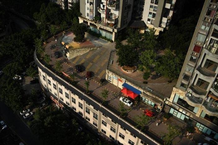 В китайском мегаполисе автомобильная трасса проложена прямо на крыше здания
