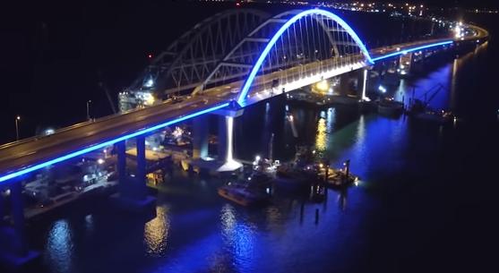 Строители моста через Керченский пролив провели тестовое включение подсветки автодорожной арки