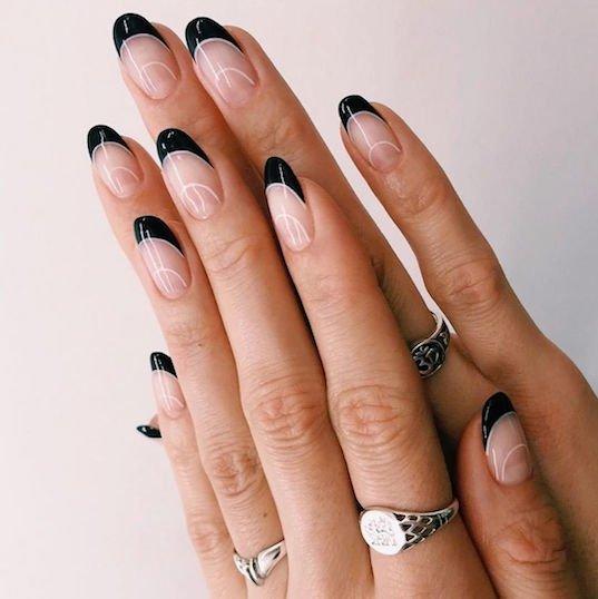 черный френч на миндалевидных ногтях