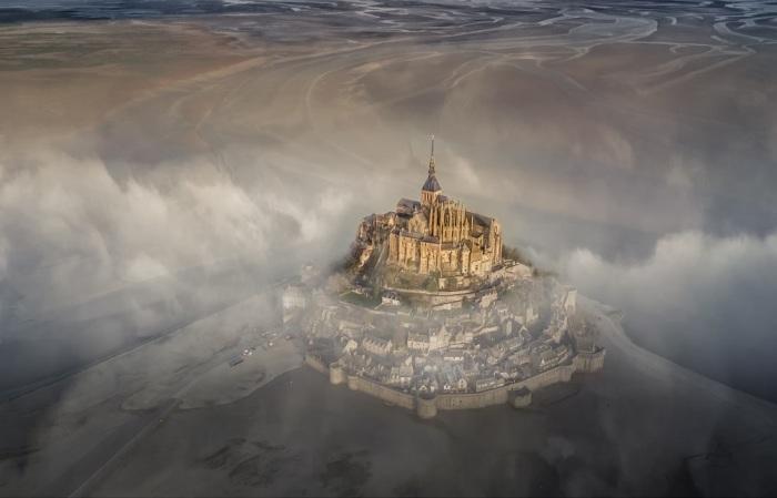 Остров-крепость Мон-Сен-Мишель туманным утром. Автор фотографии: Дерик Баумгэртнер.