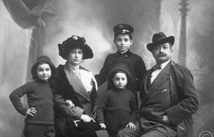 Семья Лучо Фонтана, Сереньо, 1911 г. Слева направо: его брат Тито, Анита Кампильо Фонтана (вторая жена его отца), его брат Дельфо, Лучо и его отец Луиджи. / Фото: fondazioneluciofontana.it