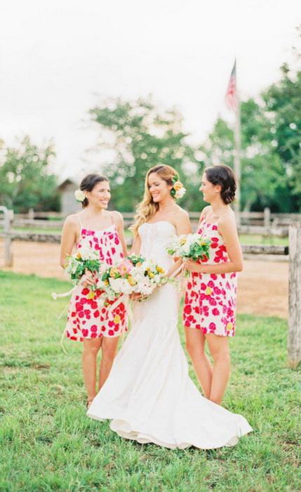 Цветочные сарафаны удачно дополнены аксессуарами - букетами и заколками.
