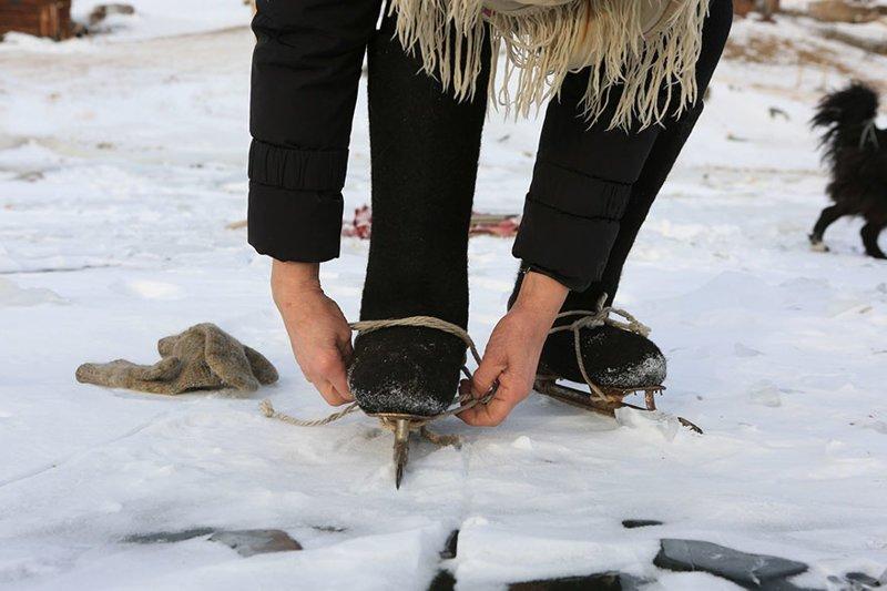 Ее коньки - самодельные. Их сделал отец Любови Николаевны в 1943 году байкал, истории людей, коньки, лед на Байкале, люди, пенсионерка, россия, удивительные люди