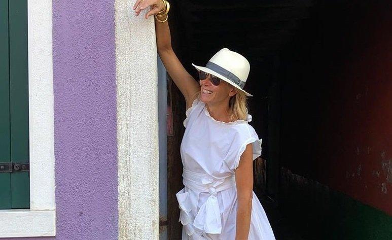 Юлия Высоцкая в романтичном белом платье прогулялась по Венеции