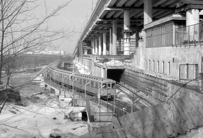 Поезд Московского метрополитена проследует закрытую на ремонт станцию Ленинские горы по временному боковому мосту, 27 марта 1987 года, СССР было, история, фото