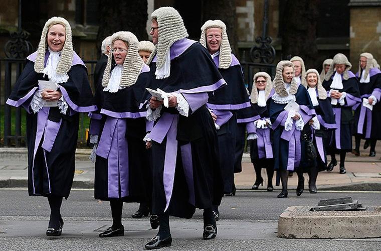 Зачем британским судьям парики?