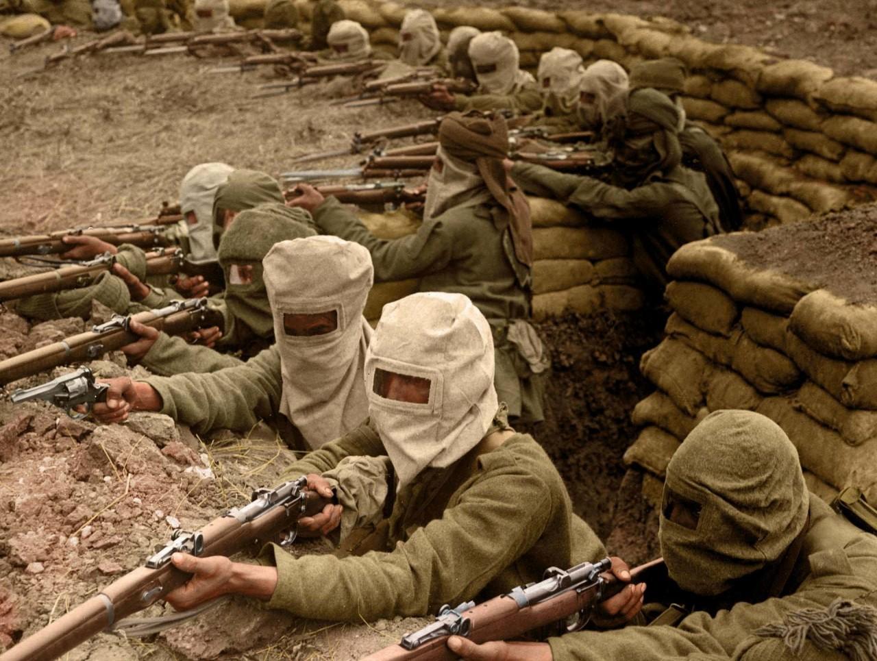 Группа индийских солдат в траншее, 1915 г. На голове у них противогазные маски архивное фото, колоризация, колоризация фотографий, колоризированные снимки, первая мировая, первая мировая война, фото войны