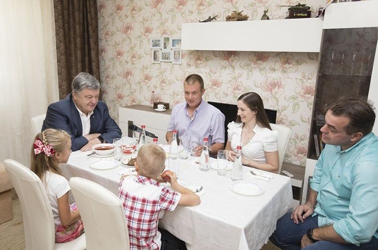Порошенко съел весь борщ у семьи украинского военного.