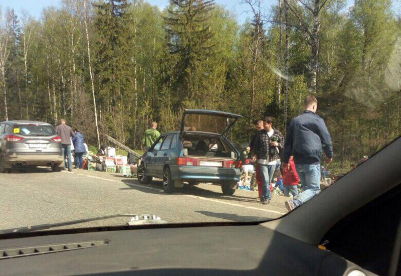 Во Владимирской области водители растаскивали пиво из перевернувшейся фуры
