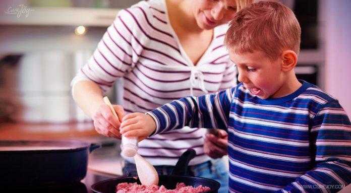 Я УЧУ своего сына готовить и как вести хозяйство