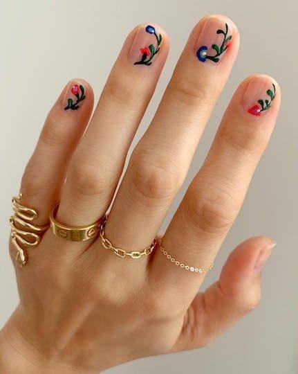 растительный принт на коротких ногтях