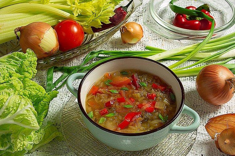 Луковый суп с овощами и копченостями