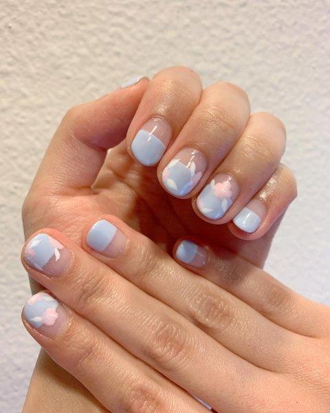 голубой маникюр для очень коротких ногтей