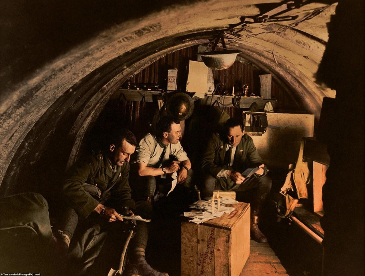 Офицеры 105-й гаубичной батареи в землянке, Фландрия, Ипр, 27 августа 1917 г. архивное фото, колоризация, колоризация фотографий, колоризированные снимки, первая мировая, первая мировая война, фото войны