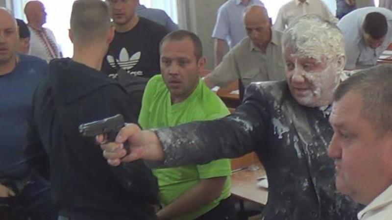 Облитый кефиром депутат устроил стрельбу в горсовете
