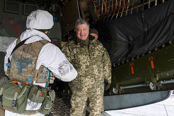 На фото Порошенко с украинскими солдатами нашли эмблему СС