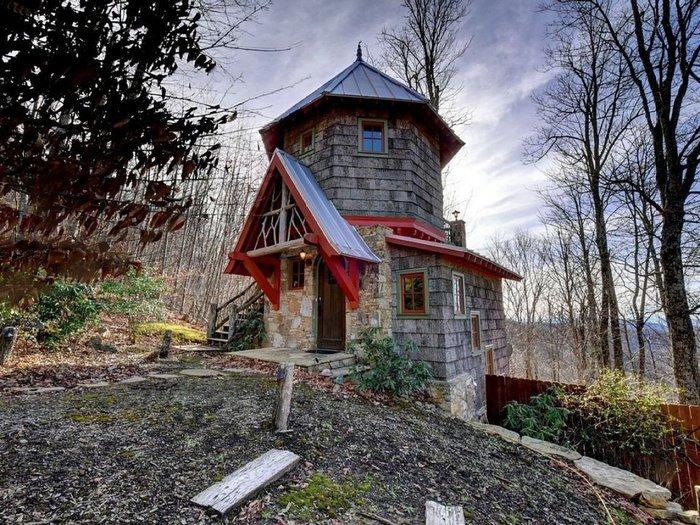 Идеально вписался — сказочный домик уютно примостился на горном склоне