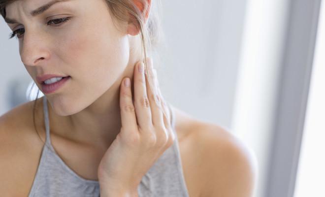 Плохая подушка или травма: что делать, если болит шея