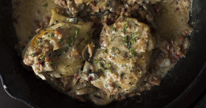 Сочная курица с беконом в сливочном соусе с грибами. Очень вкусное и ароматное блюдо!