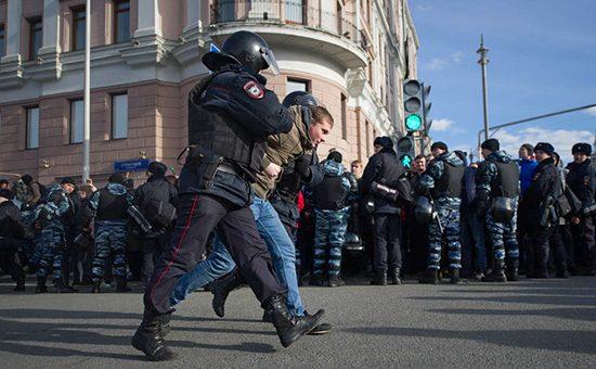 В Москве задержали около 900…