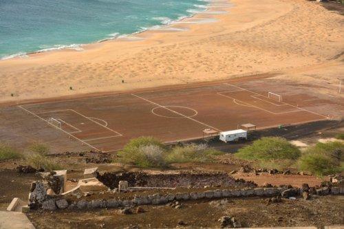 Футбольное поле можно увидет…