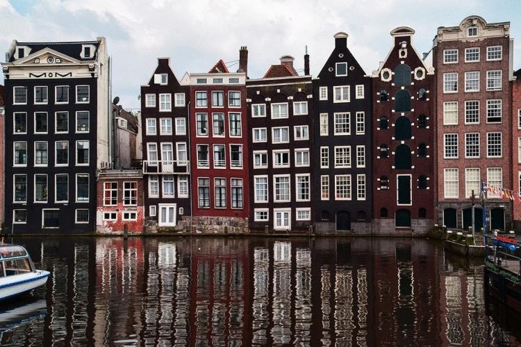 Вот почему дома в центре Амстердама такие узкие, длинные и… кривые