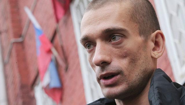 Российский беглый художник Павленский поджег здание Банка Франции