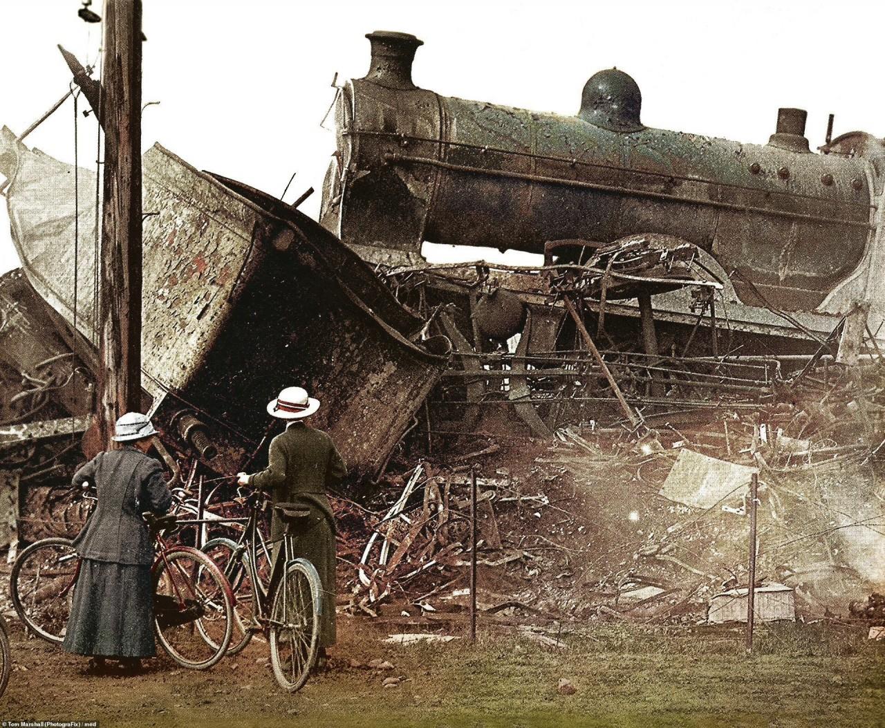 Железнодорожная катастрофа в Квинтиншилле (Шотландия) на ветке, соединявшей Глазго и Карлайл, 22 мая 1915 г. архивное фото, колоризация, колоризация фотографий, колоризированные снимки, первая мировая, первая мировая война, фото войны