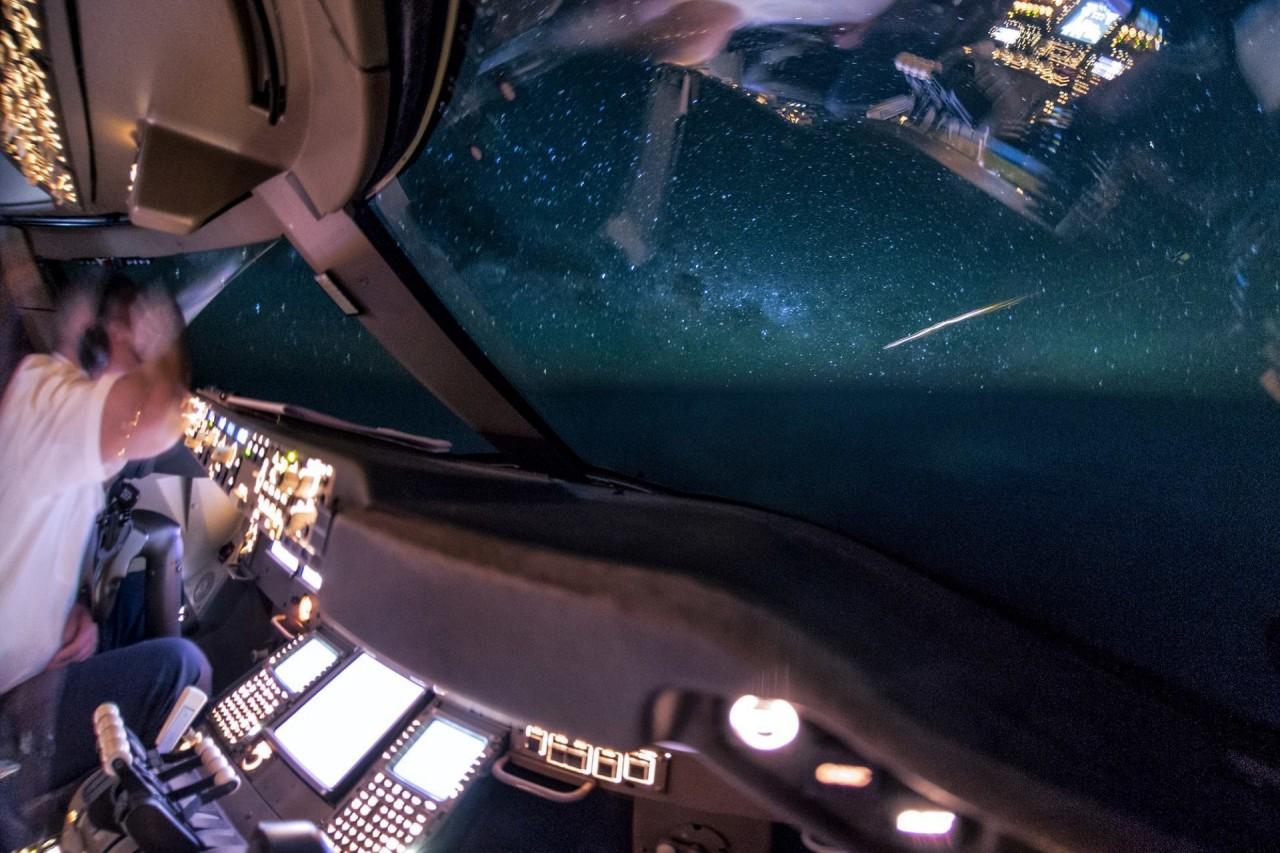 Вспышка в небе - испытания китайской баллистической противоракеты аэросъемка, кабина пилота, кабина самолета, красивые фотографии, пилот, с высоты, с высоты птичьего полета, фотограф