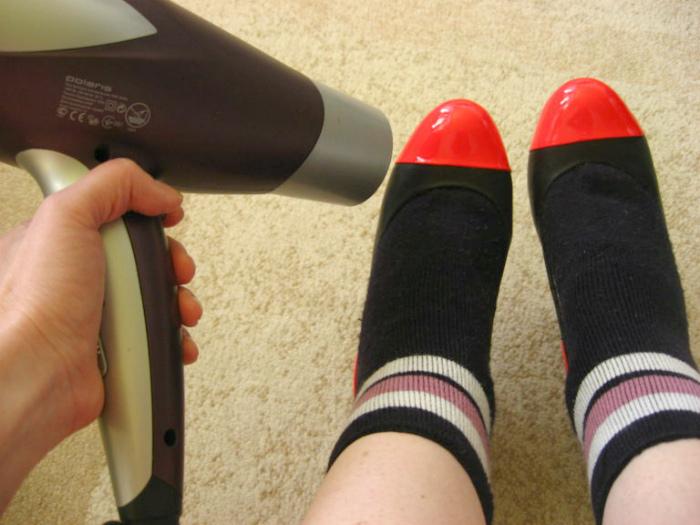 Растянуть узкую обувь.