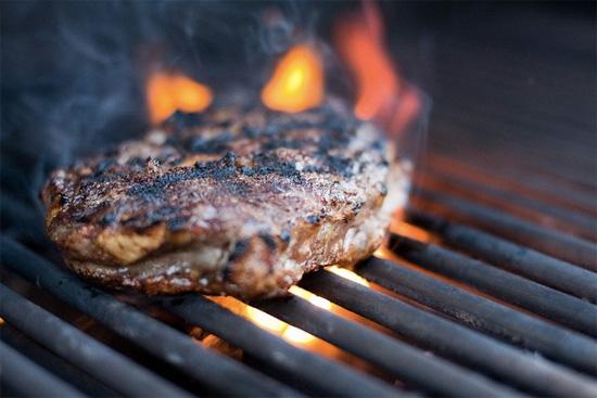Почему нельзя есть пережаренное мясо