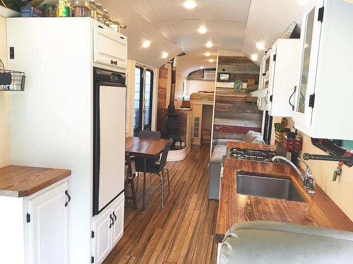Молодая пара переделала старый школьный автобус в отличный дом на колесах.