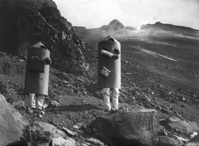 Вулканолог Арпад Кернер со своим помощником в защитных костюмах возле кратера вулкана Стромболи, 1933 год, Италия было, история, фото
