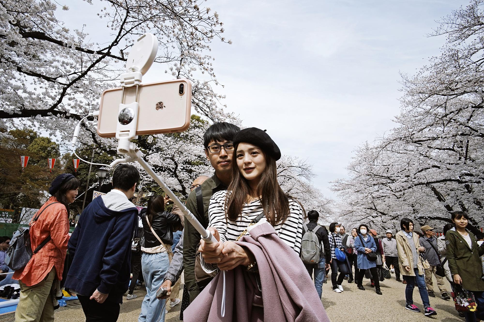 Пара делает Ñелфи впарке УÑно, Токио