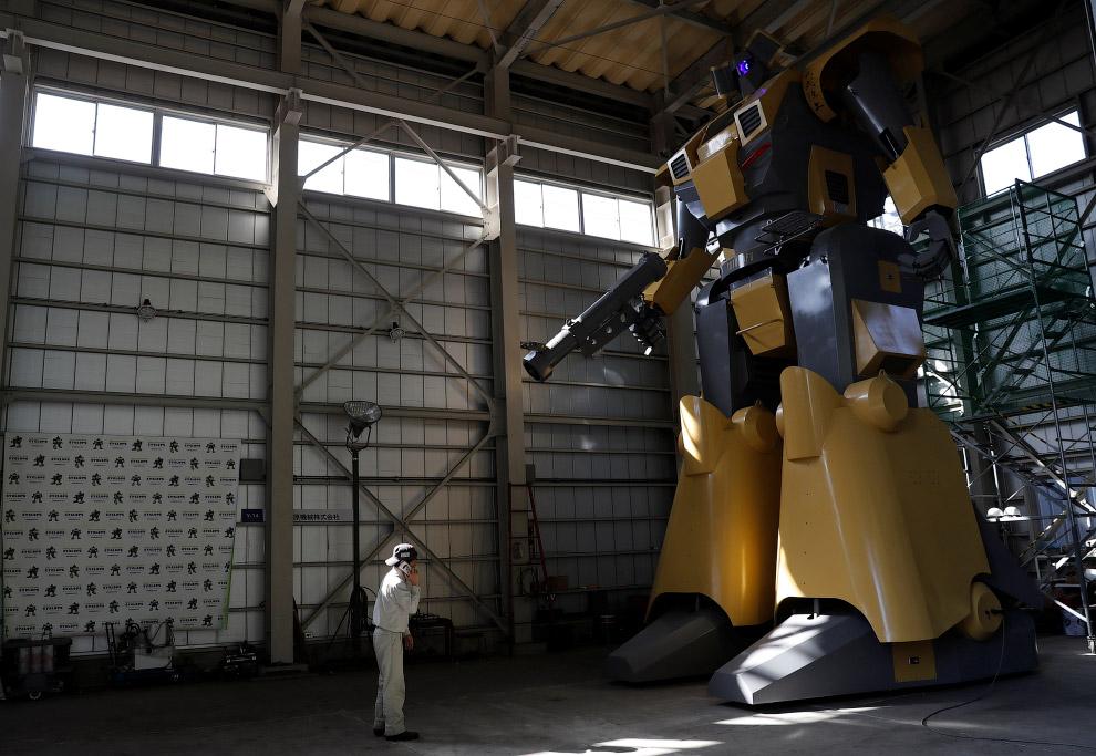 Японский инженер конструирует огромных роботов
