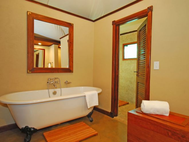 оригинальная отделка ванной комнаты краской