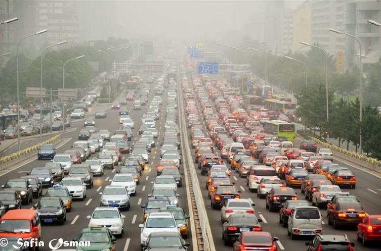 3. Китайцы проводят полжизни в автомобильных пробках. Однажды в Пекине была зарегистрирована самая большая в мире пробка длиной в 100 км, которая продолжалась 10 дней! интересное, китай, мир, неожиданно, познавательно, страна, факты, фото