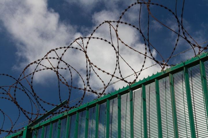 «Изощренное издевательство»: пограничный забор для ФСБ в Крыму построят украинские гастарбайтеры